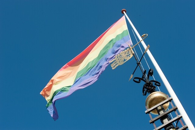Leeuwarden hijst regenboogvlag op Roze Zaterdag 2020